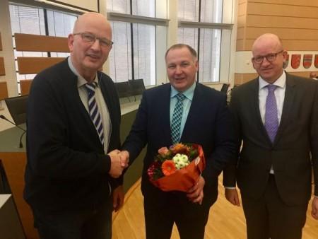Gratulieren Stephan Deimel (M.) zur Wahl zum Pflegedirektor des LWL-Zentrums für Forensische Psychiatrie in Lippstadt-Eickelborn: Josef Geuecke, Vorsitzender des Gesund-heits- und Krankenhaus-Ausschusses (l.), und LWL-Maßregelvollzugsdezernent Tilmann Hollweg. Foto: LWL/Fechtner
