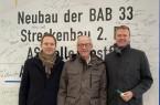 Verewigten sich auf dem Bauschild: Aktionsbündnis-Mitgründer Klemens Keller (Mitte), sein Nachfolger Dirk Speckmann und Kollege Michael Meyer-Hermann. Foto:  Aktionsbündnis A33