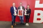 """Preisträger: (v.l.) Oliver Schroer und Thorsten Piening (qualitytraffic GmbH/ """"Online Marketing Konferenz Bielefeld"""") und Julia Sewöster (Founders Foundation/ """"Hinterland of Things""""). Foto: Björn Schmidt"""