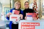 Marianne Weiß (l.) und Ditta Sokolowsky von Bielefeld Marketing stellen in der Tourist-Information den neuen Bielefelder Kulturbeutel vor. Foto: Bielefeld Marketing GmbH