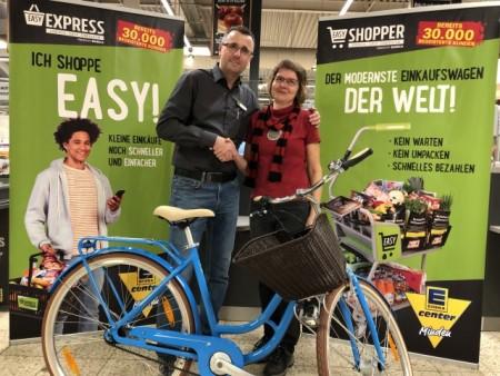 Marktleiter Darius Kutz übergibt CitiyBike an Stammkundin Maja Wallner, Foto: EDEKA Center Minden