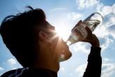 """Ersetzt 37 PET- Flaschen: Die  """"Glasperlenflasche"""" ist die am meisten  verbreitete Mehrweg- Wasserflasche. Sie  steht nicht nur bei der Ökobilanz ganz  oben, sondern sichert auch Jobs bei  Herstellern und Abfüllern.  Foto: NGG"""