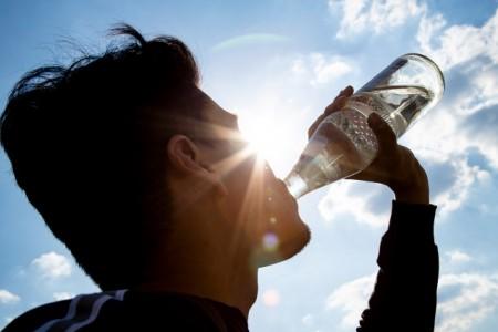 """Ersetzt 37 PET- Flaschen: Die """"Glasperlenflasche"""" ist die am meisten verbreitete Mehrweg - Wasserflasche. Sie steht nicht nur bei der Ökobilanz ganz oben, sondern sichert auch Jobs bei Herstellern und Abfüllern. Foto: NGG"""
