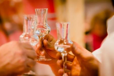 """Wohl bekomm's! Auf der Weihnachtsfeier sollten nicht nur die Getränke stimmen, sondern auch die Arbeitsbedingungen von Köchen und Kellnern. Die Gewerkschaft NGG rät zum Gastro-Check: """"Die Dehoga-Plakette ist eine gute Orientierung für die Weihnachtsfeier."""""""