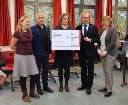 Spende für den Bildungspartner Herder Gymnasium, Foto: Edeka