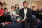 Matthias Wehmhöner (AOK Serviceregionsleiter Ostwestfalen) liest den Kindern               aus der Igelgruppe der KiTa Brock vor. Foto: AOK/hfr.