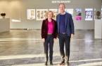 Liz   Mohn   und   Thomas   Rabe   beim   ersten   gemeinsamen   Rundgang   durch   das neugestaltete Foyer des Corporate Centers von Bertelsmann in Gütersloh.