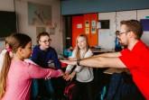 Fit für den Unterricht: Fabian Duprée zeigt den Schülern der Sekundarschule Nordlippe im Extertal einfache Sportübungen, die im Schulalltag integriert werden können. Foto: Kreis Lippe