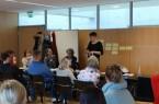 Referentin Katharina Vorderbrügge erarbeitet zusammen mit den Teilnehmerinnen und -teilnehmern Möglichkeiten mit Diskriminierung an Schulen umzugehen. Foto: Kreis Gütersloh