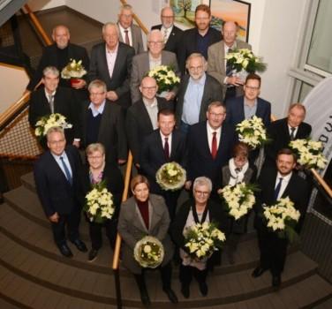 22 Kreistagsmitglieder (nicht alle anwesend) wurden in der letzten Kreistagssitzung des Jahres für ihre langjährige ehrenamtliche Arbeit geehrt. Foto: Kreis Herford