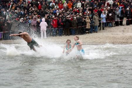 Neujahrsschwimmen auf Foehr. Foto: © Föhr Tourismus GmbH/Folker Winkelmann