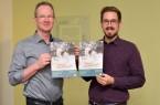 Präsentieren den frisch gedruckten Umweltkalender 2020 mit Fotos heimischer Haustiere (von links): Hubertus Abraham und Nikolas Witschorek (Abteilung Umweltschutz und Abfallwirtschaft beim Kreis Höxter). Foto: Kreis Höxter