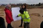 Der Grabungsleiter der archäologischen Fachfirma erklärt einzelne Befunde anhand des Grabungsplans. Foto: LWL/Christian Gobbers