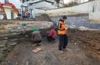 Archäologen beim Freilegen frühneuzeitlicher Mauern auf der Grabung. Foto: Eggenstein Exca/R. Gündchen