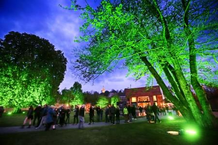 Während der Nachtansichten ist Bielefeld in einem anderem Licht zu sehen. An dem Abend flanieren zahlreiche Besucher durch den Skulpturenpark der Kunsthalle. Foto: Bielefeld Marketing, Sarah Jonek