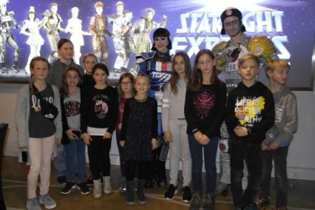 """Backstage mit Autogrammstunde beim Starlight Express: die Sieger und Siegerinnen des Weltkindertag-Malwettbewerbs """"Eene meene Muh – das Recht hast du"""" .Foto: Stadt Büren"""