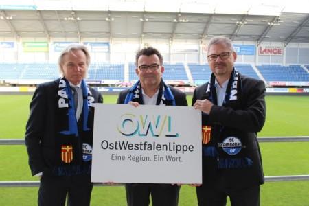 Freuen sich über das neue Vereinsmitglied: Herbert Weber (links) und Dr. Christoph von  der Heiden (rechts) beg rüßen  Martin Hornberger vom SC Paderborn 07Foto: SC Paderborn 07