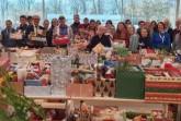 Fröhliche Weihnachten für alle, Freude kann man schenken, über 800 Weihnachtspäckchen konnten an Bedürftige verteilt werden: Schirmherr Landrat Manfred Müller (fünfter von links), Uwe Hoffmann, Vorsitzender der Tafel Paderborn ((hinten, elfter von links, Schulleiter des Edith-Stein-Berufskollegs, Wilfried Lappe (dritter von rechts), Angelika Friede, Lehrerin am Gymnasium St. Michael (vierte von links), die Ehrenamtlichen der Tafel Paderborn sowie Schülerinnen und Schüler des Edith-Stein-Berufskollegs und des Gymnasiums St. Michael Paderborn in der Mensa des Edith-Stein-Berufskollegs in Paderborn. Foto: Stadt Paderborn