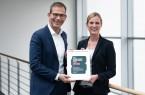 Freuen sich über die Auszeichnung: Judith Pohlmeier, Personalleiterin, und  Christoph Plass, Vorstand bei UNITY, Foto: Unity