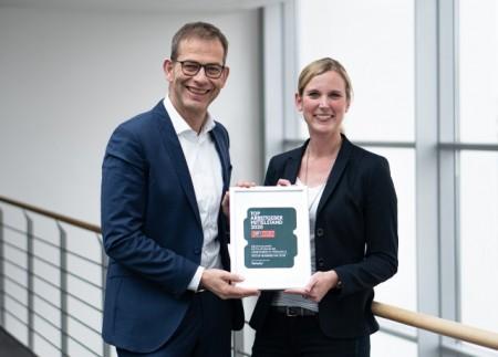 Freuen sich über die Auszeichnung: Judith Pohlmeier, P ersonalleiterin, und Christoph Plass, Vorstand bei UNITY, Foto: Unity