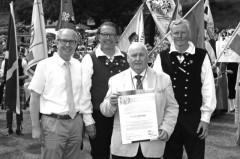 Im Juni nahm Frank Whelan die Ehrenurkunde von Landrat Manfred Müller entgegen, ebenfalls gratulierten die musikalischen Leiter der Festwoche: Dietmar Kellerhoff und Markus Smolin, Foto: Stadt Paderborn