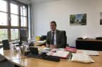 Dr. Jörg Weber im Gespräch über das Dietrich-Bonhoeffer-Berufskolleg. Foto: Kreis Lippe