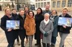 Das Projektteam der Bielefelder Bürgerstiftung und Sponsorinnen und Sponsoren des 1. Adventskalenders der Bürgerstiftung trafen sich am 20. Januar 2020 auf dem Alten Markt und freuten sich über den gemeinsamen Erfolg: 21.000 Euro Reinerlös geht sozialen Projekten für Kinder und Jugendliche in Bielefeld zu. Eine tolle Aktion, die auch in 2020 wiederholt werden soll. Foto: Bielefelder Bürgerstiftung