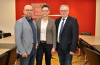 Birte Korte ist neue Leiterin der Abteilung Bauen und Planen beim Kreis Höxter. Kreisdirektor Klaus Schumacher (rechts) und Fachbereichsleiter, Michael Werner, gratulieren zum offiziellen Amtsantritt im Kreishaus. Foto: Kreis Höxter