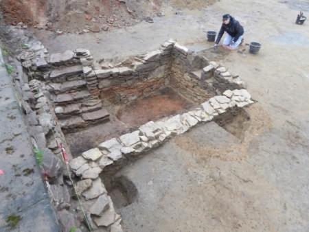 Die Rotfärbungen an den Steinen des Kellers zeugen von einer großen Hitzeeinwirkung - greifbare Spuren des Stadtbrand-Infernos von 1729? Foto: LWL/S. Spiong