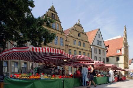 Auf dem Alten Markt und entlang der Niedernstraße lädt der Altstadtmarkt dienstags, freitags und samstags zum Einkaufen ein. Foto: Bielefeld Marketing