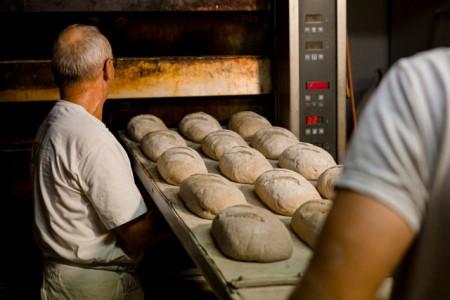 Wer in der Backstube arbeitet, macht einen harten Job. Zu viele Bäckereien speisen ihre Mitarbeiter trotzdem mit Niedriglöhnen ab, kritisiert die Gewerkschaft NGG. Foto: NGG