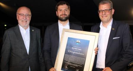 Foto (v.l.n.r): Präsident Elmar Volkmann, Alexander Finke, Aufsichtsratsvorsitzender Stefan Rees. Foto: SC Paderborn