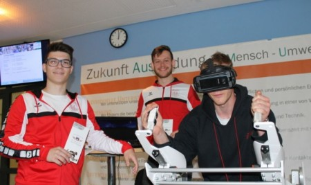 Technik und das Gesundheitswesen bilden die Schwerpunkte am Lüttfeld-Berufskolleg, das können die Schüler auch immer wieder ausprobieren. Foto: Kreis Lippe