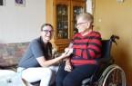 Die 48-jährige Elke Dierkes ist Pflegefachkraft mit Leib und Seele. Sie kümmert sich unter anderem um Dorothea Bickmann, die zu Hause lebt und auf einen Rollstuhl angewiesen ist.