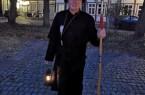 Der beliebte Stadtführer  Klaus Gottenströter führt als Na chtwächter durch  das abe ndliche Gütersl oh .  ( Foto:  Gütersloh Marketing GmbH