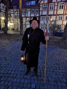 Der beliebte Stadtführe r Klaus Gottenströter führt a ls Na chtwächter durch das abe ndliche Gütersl oh . ( Foto: Gütersloh Marketing GmbH