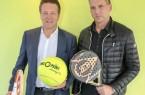 """Der Multichannel-Händler Tennis-Point aus Herzebrock-Clarholz erweitert sein Engagement als """"Hauptsponsor"""" bei den GRASS COURT OPEN HALLE und unterschrieb eine Drei-Jahres-Vereinbarung (2020 bis 2020). Zur Vertragsunterzeichnung trafen sich Tennis-Point-Geschäftsführer Christian Miele (rechts) und Turnierdirektor Ralf Weber. © Tennis-Point/GRASS COURT OPEN HALLE"""