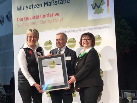 Birgit Knöbel (Tourismusverband Erzgebirge e.V.), Dr. Hans-Ulrich Rauchfuß (Präsident Deutscher Wanderverband), Bärbel Borchert (Tourismusverband Vogtland e.V.) - v.l.n.r.