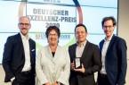 Dr. Markus Köster (li.), Dr. Carlos Paiz Gatica (2.v.r.) und Tobias Gaukstern (re.) freuten sich über die Auszeichnung und nahmen diese dankend von Brigitte Zypries, Schirmherrin des Awards und Bundesministerin a.D. (2.v.l.), entgegen. (Copyright: Thomas Ecke / DISQ / n-tv / DUB)