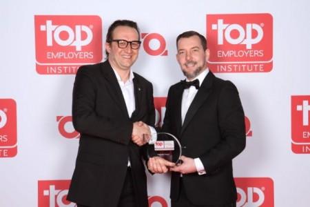 Bernd Konschak, Senior HR Manager Marketing (l.), nahm die Auszeichnung danken aus den Händen von Steffen Neefe, Country Manager DACH vom Top Employers Institute(r.), entgegen. Foto: Florian Grob
