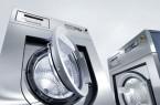 """Für Höchstleistungen in der Wäscherei bekannt: Waschmaschinen aus der Generation """"Benchmark"""", deren technische Ausstattung im Alltag Kräfte schont – bei niedrigen Energie- und Wasserverbräuchen. Foto: Miele"""