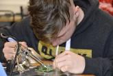 Maurice (Sekundarschule Höxter), beim Zusammenbau seines Elektronischen Würfels. Fotos: Kreis Höxter