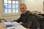 """Dr. Martin Kroker blättert durch den Ausstellungskatalog zur Ausstellung """"Leben am Toten Meer"""". Foto: LWL/Rütershoff"""