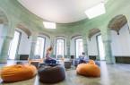 """Der ehemalige """"Obergruppenführersaal"""" im Nordturm der Wewelsburg. Die orangefarbenen Sitzkissen dienen dazu, dem Ort alles """"Mystische"""" zu nehmen (Foto: Lina Loos ©Kreismuseum Wewelsburg)"""
