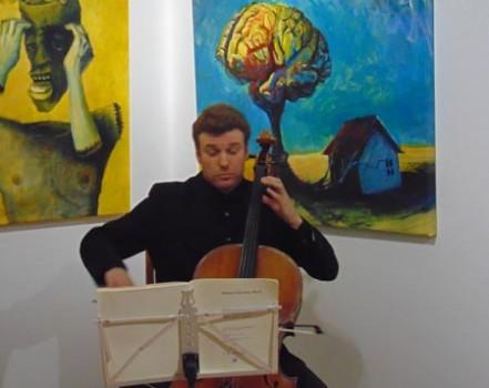 Nikita Sergeenko eröffnet die Ausstellung mit einer Vorführung seines musikalischem Talents