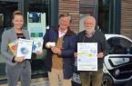 Romanie König, Joachim von Reden und Willi Hennebrüder präsentieren Energieverbrauchsmesser und Infomaterial.Foto BUND Lemgo