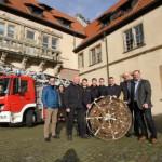 Freiwillige Feuerwehr Lemgo bereitet Störchen ein Nest auf Schloss Brake