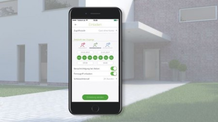 Das Zutrittskontrollmodul Schüco BlueCon ermöglicht dank Bluetooth-Technologie eine schlüssellose Bedienung der Haustür über das eigene Smartphone.