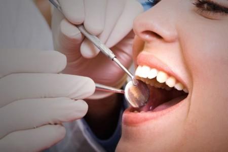 Neben dem täglichen Zähneputzen und den regelmäßigen Kontrollbesuchen beim Zahnarzt empfehlen viele Mediziner auch eine Professionelle Zahnreinigung. Diese zahlt die AOK zweimal pro Kalenderjahr jeweils bis zu 50 Euro für ihre Versicherten. AOK/hfr.