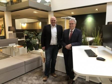Geschäftsführer Christian Stammschroer und Landrat Jürgen Müller am ersten autarken Arbeitsplatz des Herforder Büromöbelherstellers. Foto: Kreis Herford